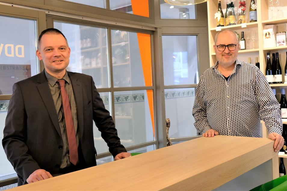 Ein Gespräch beim Rollentausch mit Abstand: Meißens Landrat Ralf Hänsel (l.) befragt den Chef der Meißner Elblandredaktion Ulf Mallek im DDV Lokal in der Elbstraße. Vor einigen Tagen sind die Redaktion und der Regionalverlag dahin umgezogen.