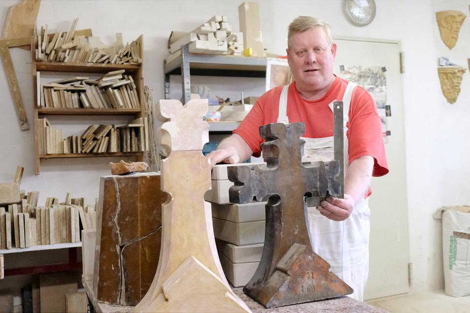Gipsmodellbauer Volker Ziegert vom Ziegelwerk Huber in Graupzig stellt das Modell für die Spitze für die Emmauskirche in Leipzig her.