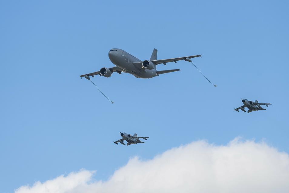 Zwei Tornado-Kampfjets und ein Airbus A310 sind am Donnerstag tief über Dresden geflogen.