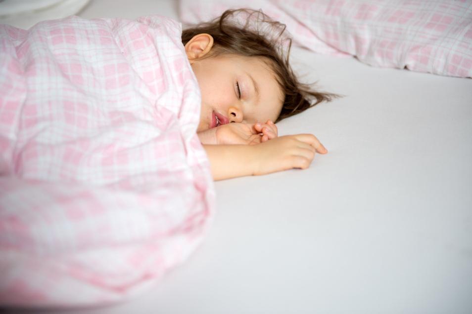 Gut gebettete Kinder bescheren auch Eltern einen ruhigen Schlaf.