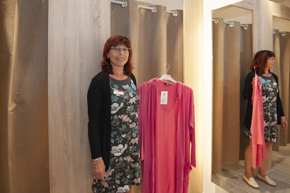 Ernsting´s Family auf dem Frauenmarkt hat das Geschäft nach hinten erweitert und umgebaut. Verkäuferin Sylke Baumbach steht vor den neuen Umkleidekabinen.