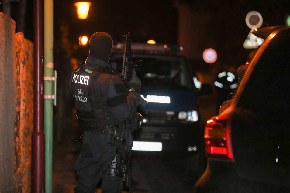 Schwer bewaffnet rückten die Polizisten am Sonnabend nach Radebeul aus.
