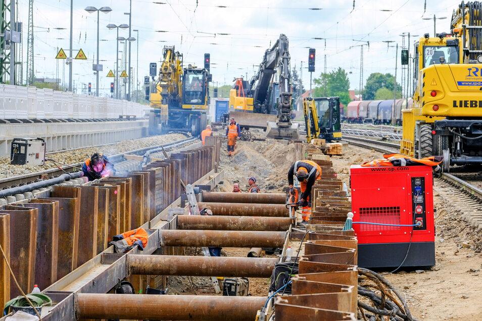 Hier entsteht das neue Gleis 5 im Bahnhof Coswig. Es wird über eine lange, flache Rampe erreichbar sein und soll im kommenden Februar wieder in Betrieb gehen.