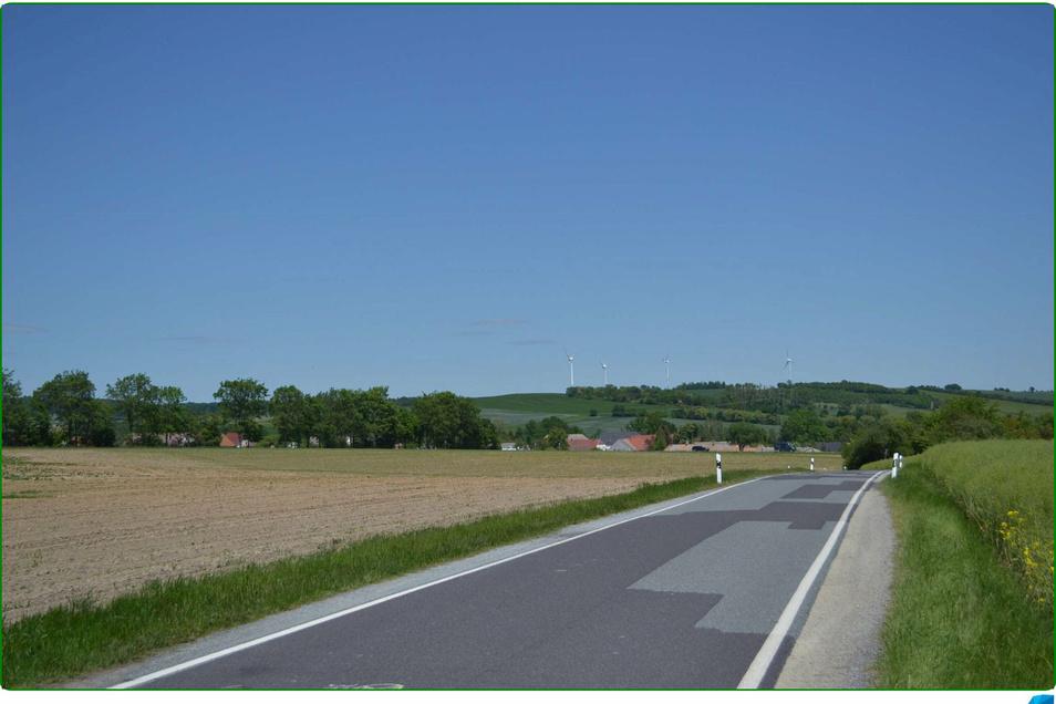 So sieht der Blick heute von der Verbindungsstraße Mittelherwigsdorf nach Oberseifersdorf auf den Windpark am Schanzberg in Oberseifersdorf aus.