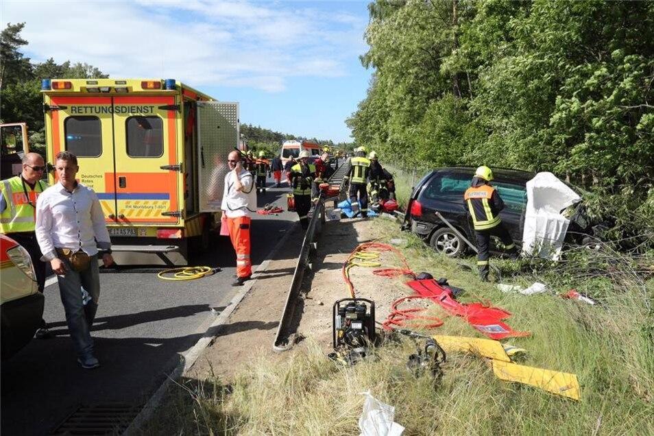 Auf der A13 zwischen den Anschlussstellen Radeburg und Thiendorf ist es zu einem schweren Unfall gekommen.