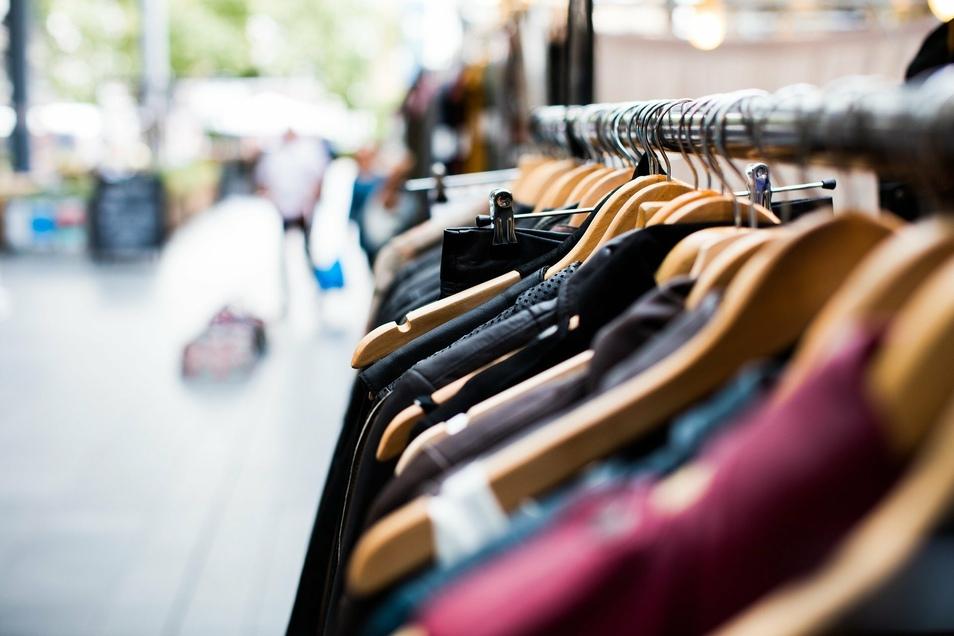 Würden alle Bürger ein Fünftel weniger neue Klamotten kaufen als bisher, könnten laut Institut der deutschen Wirtschaft (IW) rund 12 Millionen Tonnen pro Jahr CO2 eingespart werden.