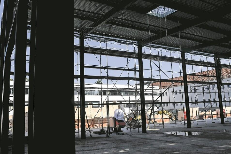 Im Atrium des Beruflichen Schulzentrums in der Jahnstraße in Weißwasser wird derzeit eine neue Ausbildungshalle hochgezogen.