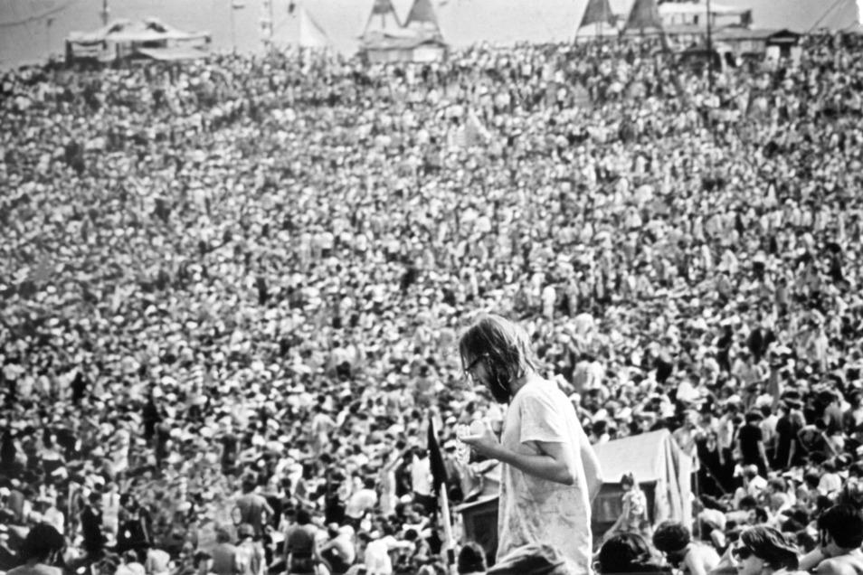 Bethel, ein Örtchen zwei Stunden entfernt von New York, wurde 1969 zum Ort des legendären Musikfestivals Woodstock. Fast eine halbe Million Menschen feierte friedlich – drei Tage lang wurde keine einzige Schlägerei gemeldet.