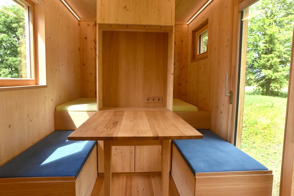 Tisch mit Sitzgelegenheiten und Platzzum Liegen. Viel Licht gibt's auch.