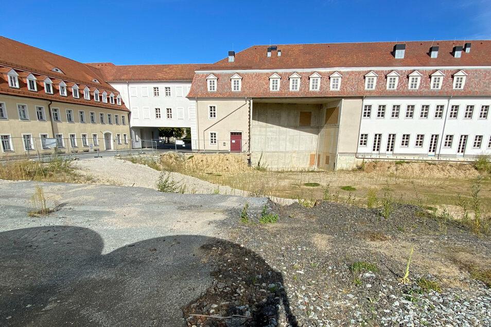 """Die Brachfläche hinter den Zinzendorfschulen soll der Campus werden. In das """"Loch"""" im Neubau soll die Aula andocken."""