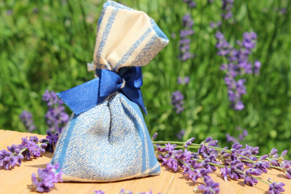 Ein Lavendelsäckchen ist schnell gebastelt und sorgt für frischen Duft im Kleiderschrank.