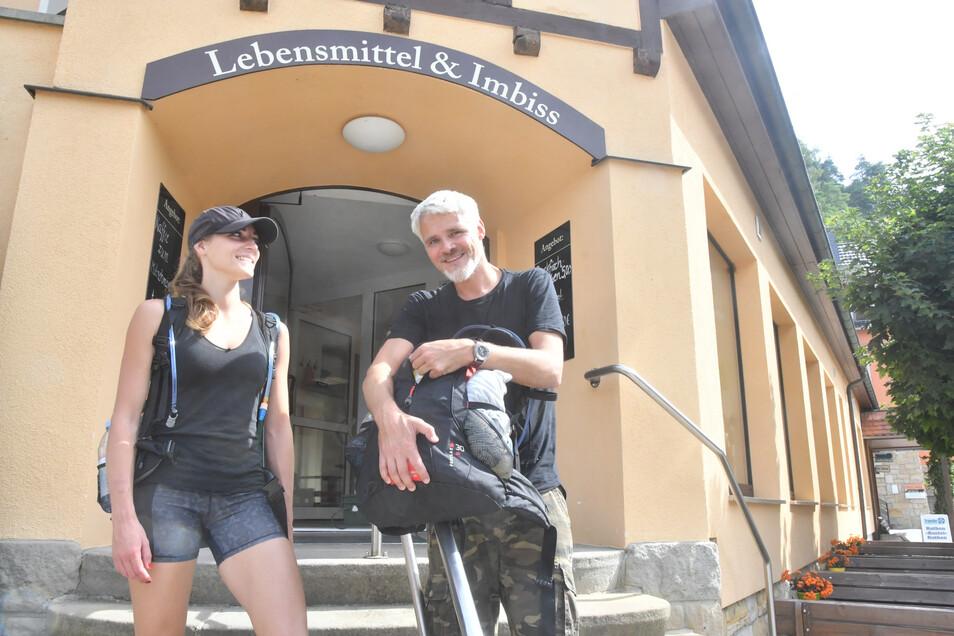 Im Rathener Dorfladen für die Wanderung eingedeckt: Iris van Rosmalen und Snar Hunfeld aus den Niederlanden.