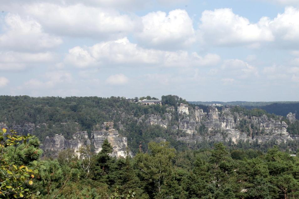 Die Absturzstelle des Kletterers befindet sich im Rathener Gebiet, an der Kraxelbrüderscheibe unterhalb des Basteimassivs.