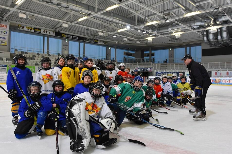 Der Großteil der Spielerinnen und Spieler auf dem Foto wird am Sonnabend ab acht Uhr morgens auf dem Eis dabei sein, wenn die nächste Auflage des Glasmacherpokals startet. Antreten will Trainer Hanusch mit zwei gleich starken Teams.