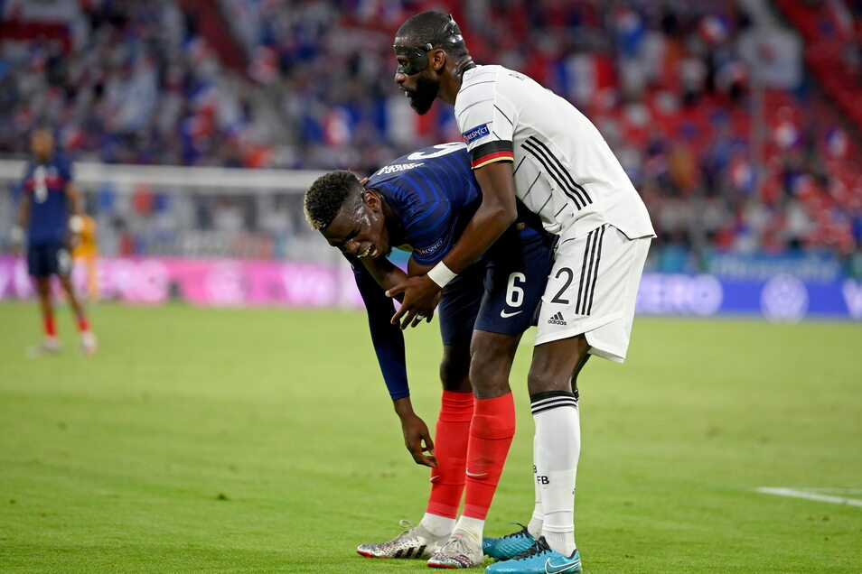 DFB-Verteidiger Antonio Rüdiger knabbert im Zweikampf an seinem Gegenspieler Paul Pogba. Der Franzose schreit zwar kurz auf, Konsequenzen hatte die Aktion aber keine.