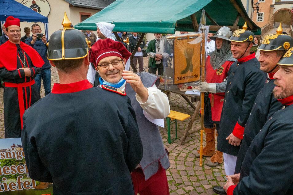 Uwel Reichel, Vorsitzender des Leisniger Geschichts- und Heimatvereins, hat die neue Leisniger Stiefelwacht in Dienst gestellt. Für diese Zeremonie schlüpfte er selbst in Kleidung, die er für gewöhnlich nicht jeden Tag trägt.