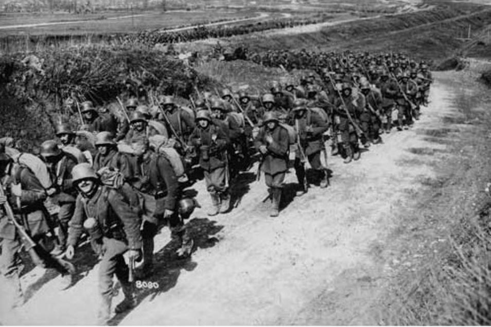 Viele Kriegsheimkehrer waren infiziert und trugen das Virus bei der Rückkehr von den Fronten 1918 in ihre Heimatstädte.