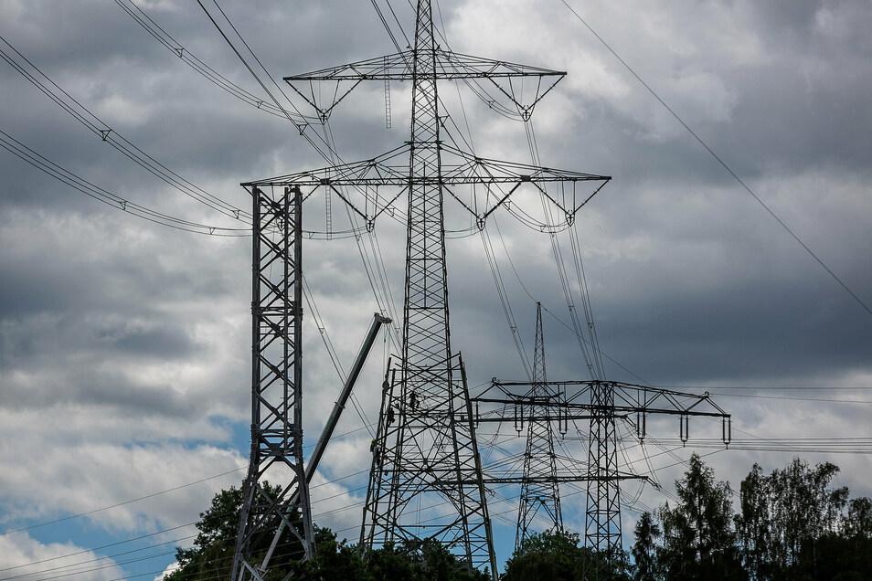 Neuer Mast im Anmarsch: In Heidenau werden derzeit zwei Strommaste ausgetauscht.