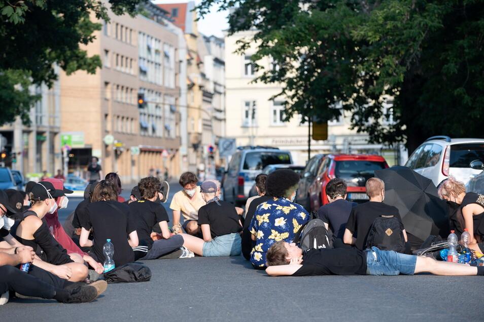 Sit-in: Die Lößnitzstraße war seit dem frühen Abend blockiert.
