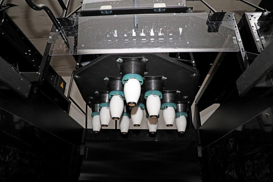 So sieht ein Pinsetter von unten aus. Deutlich zu erkennen die zehn, weißen Kegel.