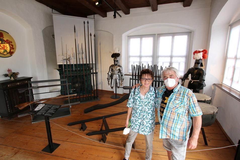 Auch Diane und Achim Oel sind aus Bayern zu Gast in Mittelsachsen und schauen sich die Burg an.