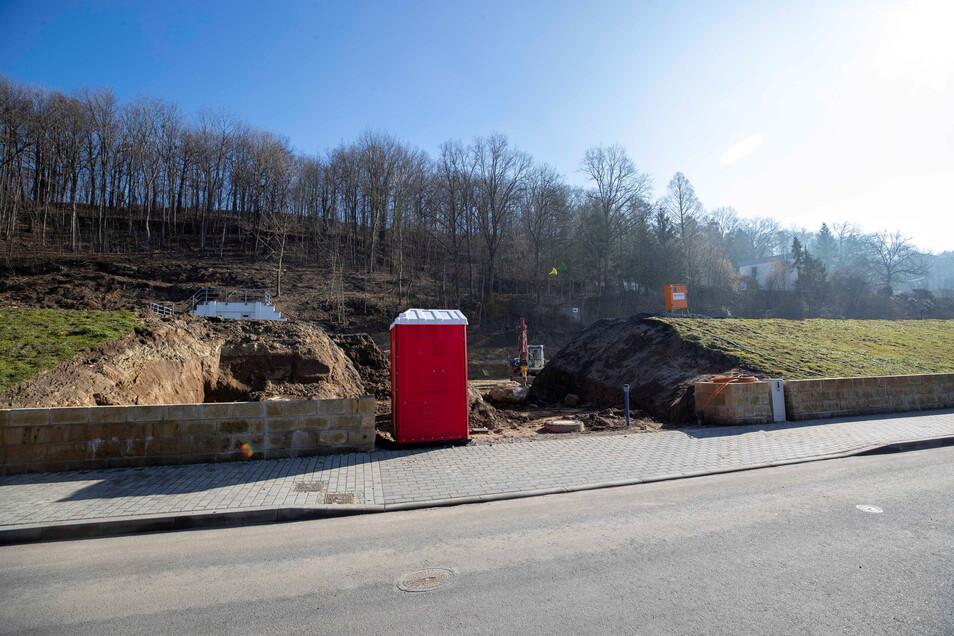 Blick auf die künftige Tiefgarageneinfahrt: Das Wohngebiet wird von der Hohen Straße aus erschlossen.
