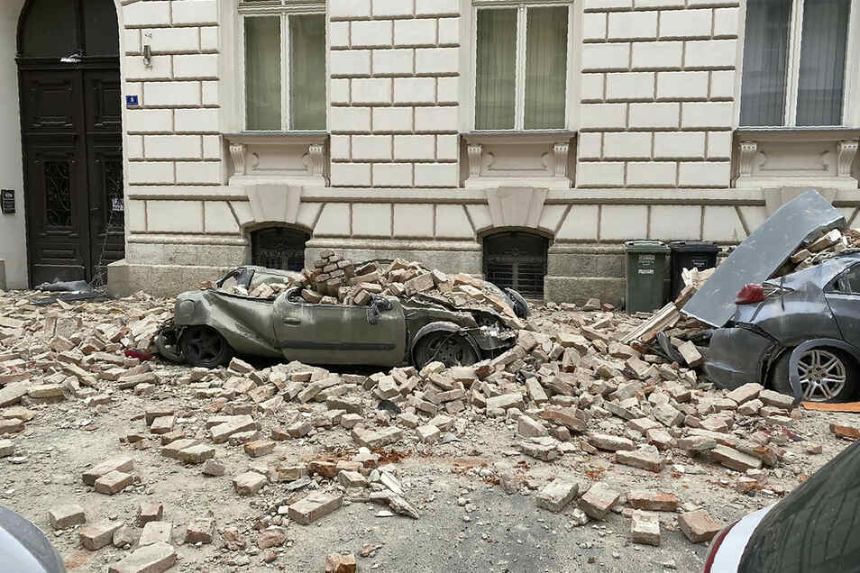 Geparkte Autos wurden von herabfallenden Trümmern zerquetscht.