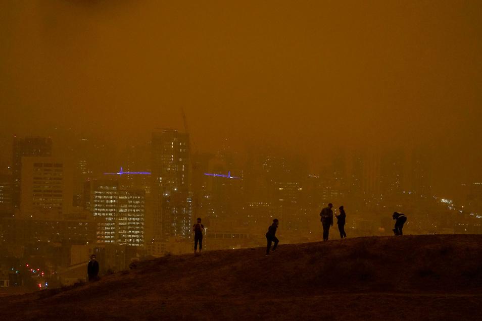 USA, San Francisco: Menschen stehen am Kite Hill Open Space Aussichtspunkt vor der Skyline der Stadt.