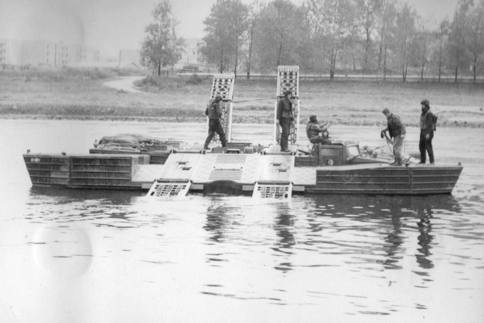 Mit ihrer schwimmenden Technik konnten die Pirnaer Pioniere den Brückenbauern an der Carolabrücke helfen. Sie fischten bei Hochwasser Holz aus der Elbe, damit das Gerüst nicht beschädigt wird.