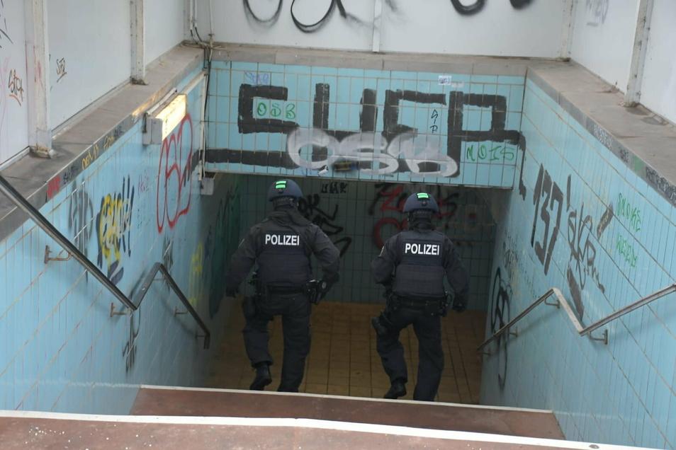 Die Polizisten schauten sich auch direkt auf dem Bahnhof an den Gleisen und in der Fußgängerunterführung um.