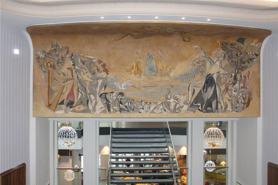 Das historische Wandbild des Dresdner Künstlers Hans Kinder wurde restauriert. Im Hintergrund ist der Durchgang zum Neubau zu sehen.