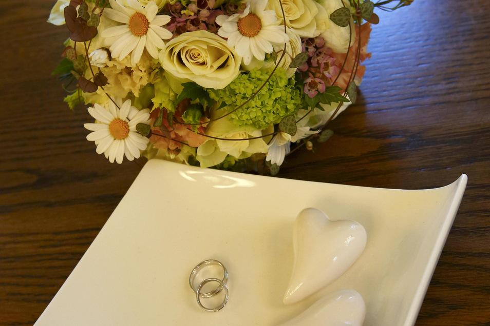 Die Ringe waren bereits seit Monaten graviert auf den Kennenlern- und Hochzeitstag: 23.März.