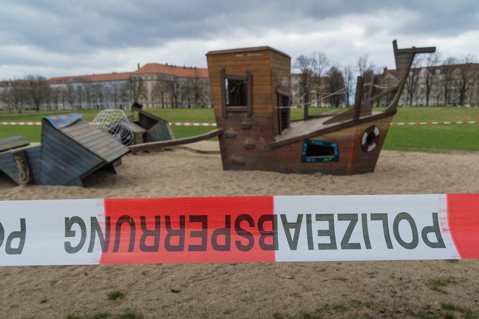 Solche Fotos braucht das Stadtarchiv. Die Polizeiabsperrung diente zur Sicherung des Spielplatzes am Johannstädter Elbufer in der Corona-Zeit.