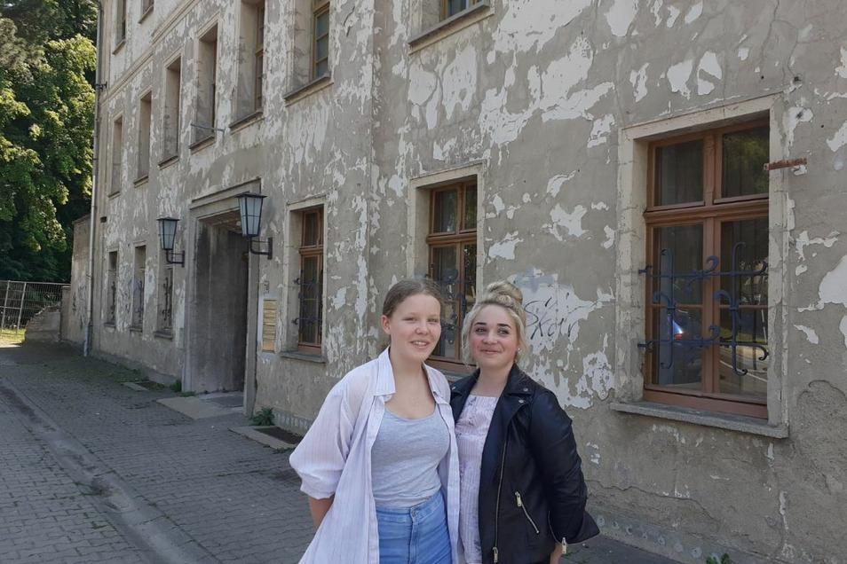 Nele und Luise, Schülersprecherinnen in der neunten Klasse, brachten den Scheck zur Zittauer Straße.