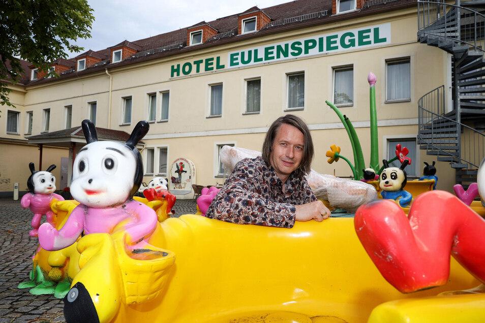 Marcus Steinecker hat viel vor mit seinem Hotel Eulenspiegel. Momentan baut er davor ein Kinderkarussell auf.