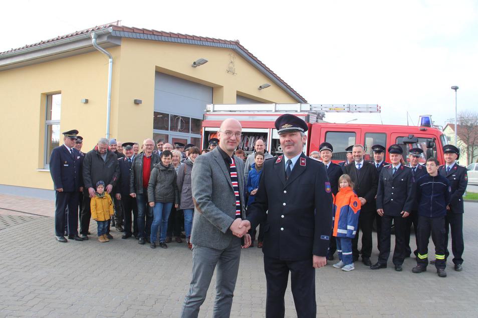 Am Sonnabend wurde das neue Feuerwehrhaus in Niederkaina eingeweiht. Finanzbürgermeister Robert Böhmer übergab es symbolisch an den Ortswehrleiter Hagen Tauchert.