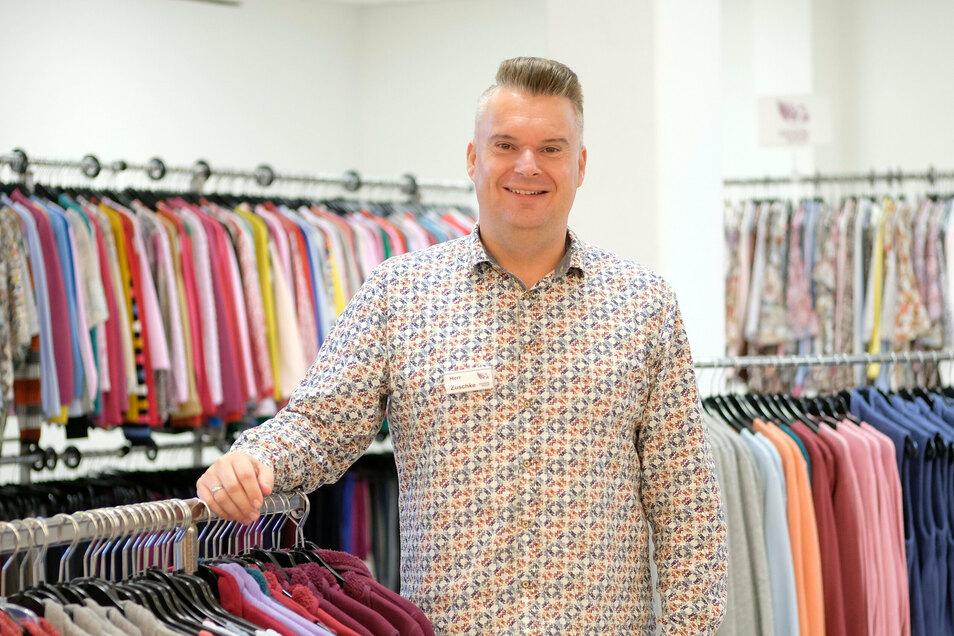Sandro Zuschke verkauft im Elbecenter Kleidung für Senioren.