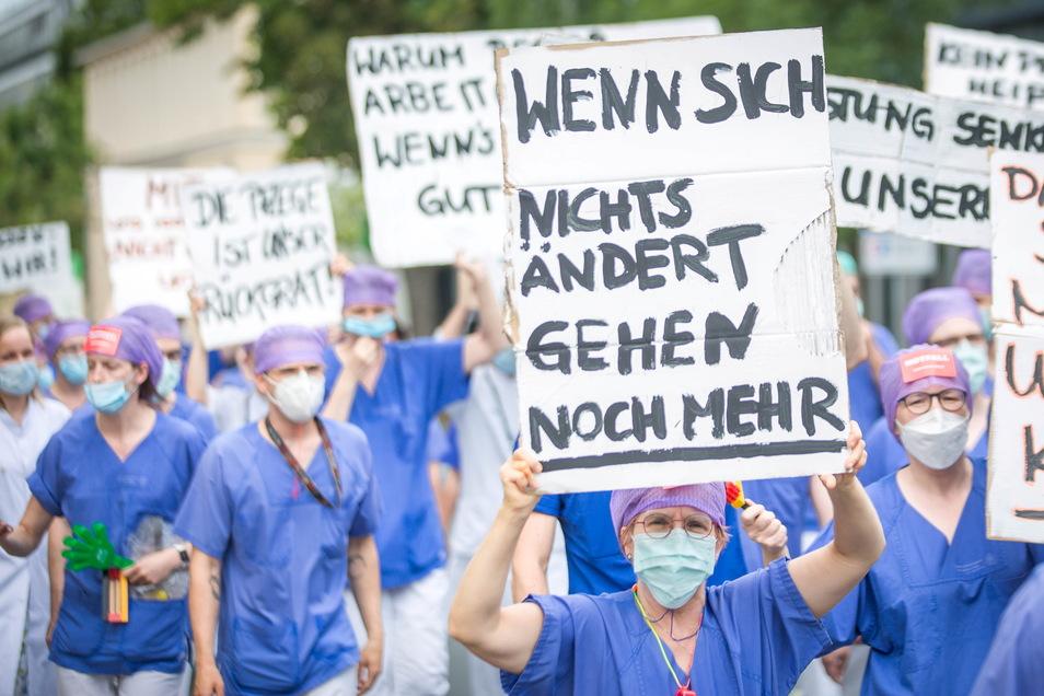 Pflegekräfte des Dresdner Uniklinikums protestieren am Montag gegen ihre Arbeitsbedingungen.