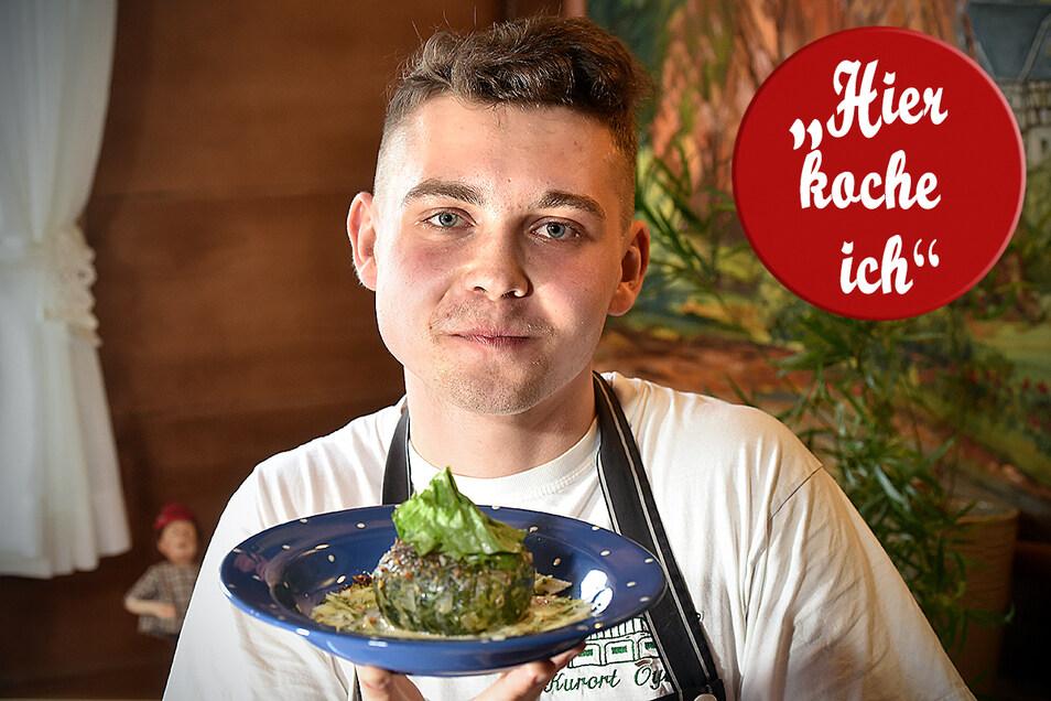 Falko Iselt kocht Spinatknödel mit Parmesansoße und Walnüssen. Bald ist er Küchenchef vom Hotel Nensch.