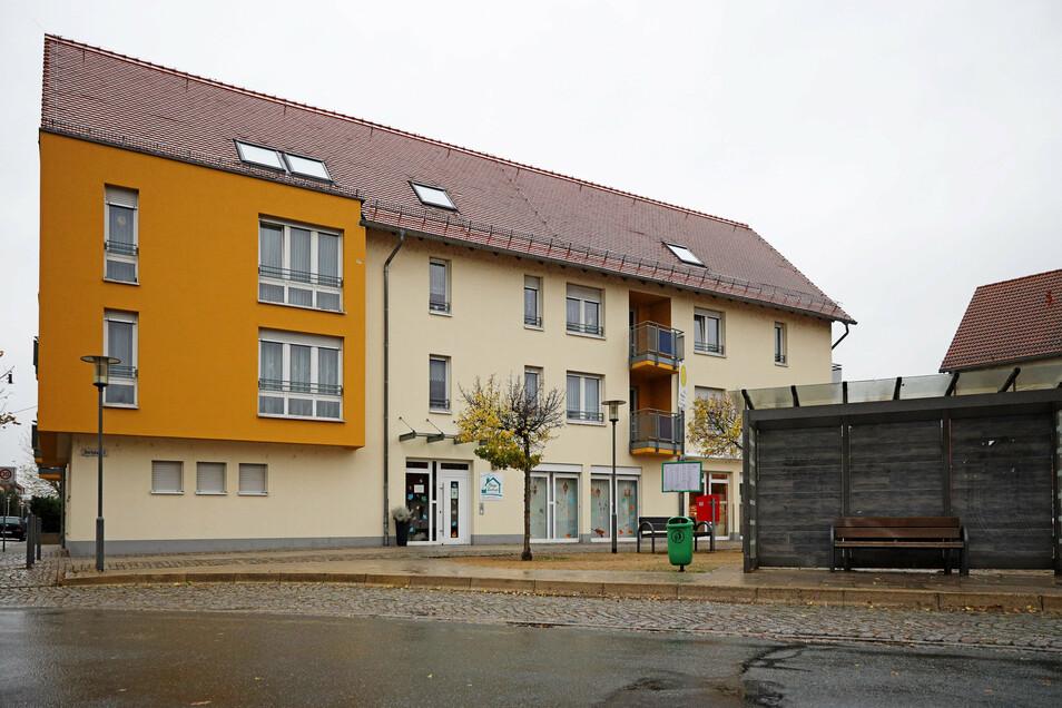 Der zweite Corona-Ausbruch in einer Pflegeeinrichtung im Landkreis Meißen: Pflegezentrum Romy Christoph in Röderau. Hier bleibt es bei 22 Fällen. In der Nossener Einrichtung sind 51 Bewohner und 26 Mitarbeiter betroffen.