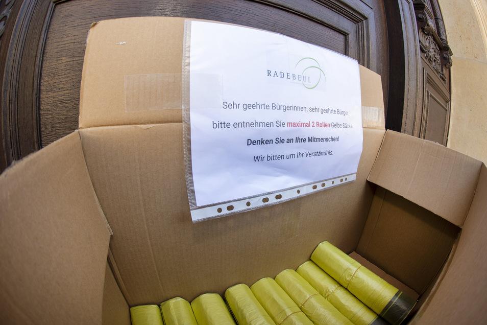 Der Karton mit den Gelben Säcken steht vor der Rathaustür.