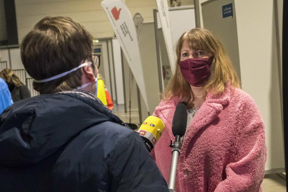 Sachsens Sozialministerin Petra Köpping (SPD) wird beim Imfpstart in der Sachsenarena Riesa interviewt.