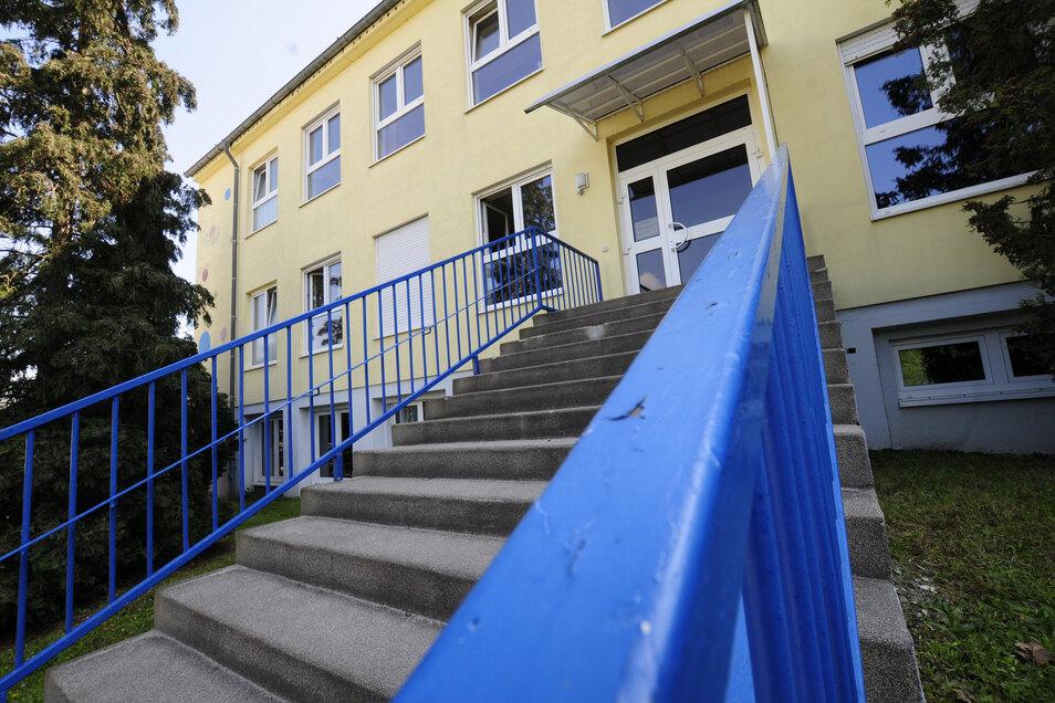 Nicht mehr zeitgemäss:Noch ist alles beim Alten. Nach dem Willen des Großenhainer Stadtrates soll die ursprünglich als reiner Kindergarten Anfang der 1980er gebaute Einrichtung Chladeniusstraße nun endlich abgerissen werden.