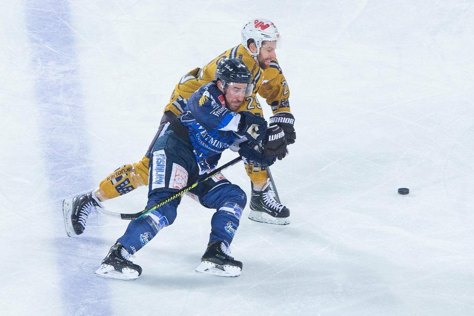 Ondrej Pozivil (h., hier beim Hockey Open Air im vergangenen Jahr gegen die Dresdner Eislöwen) traf zwar in Heilbronn für die Lausitzer Füchse, zu einem Punktgewinn reichte es aber nicht.