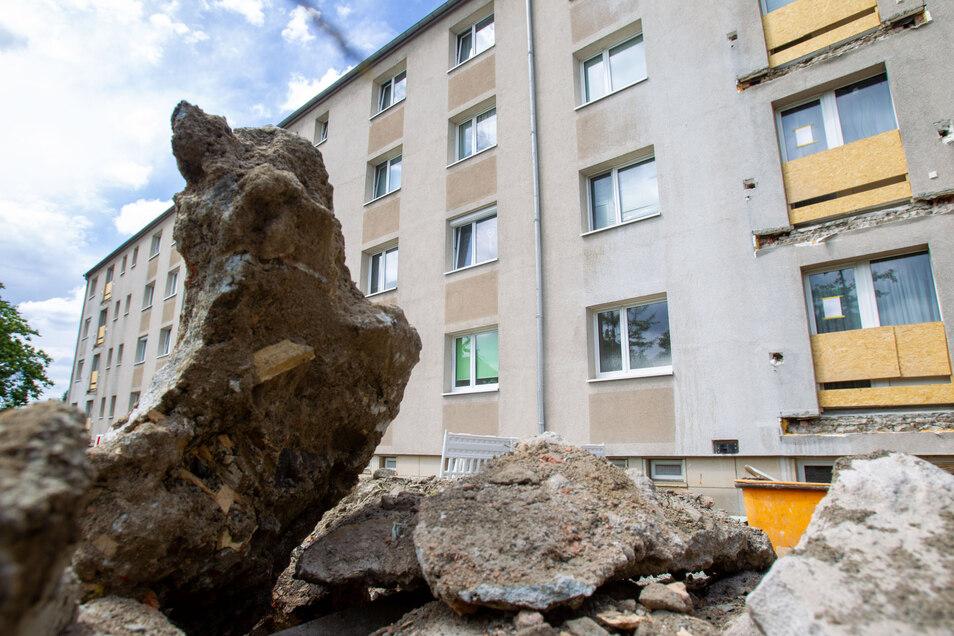 Drei Wohnblöcke auf der Professor-Roßmäßler-Straße in Pirna-Copitz erhalten neue Balkone.
