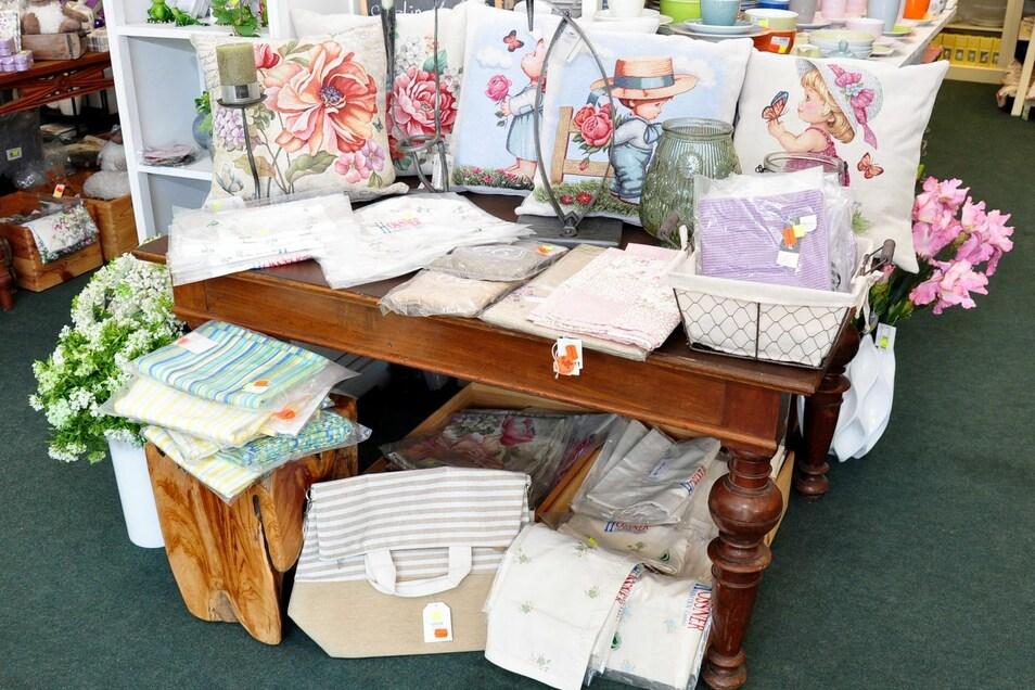 Liebevoll verzierte Textilwaren wie Bezüge und Tischdecken gibt es in großer Auswahl bei der Firma Kaulfuss.