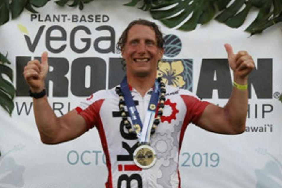 """Bernd Klopsch aus Kamenz bei seinem Finish auf Hawaii am 12. Oktober diesen Jahres. """"Ich kann gar nicht mit Worten beschreiben, was einem da auf den letzten Metern alles durch den Kopf geht"""", sagt er. Er wurde 114. seiner Altersklasse."""