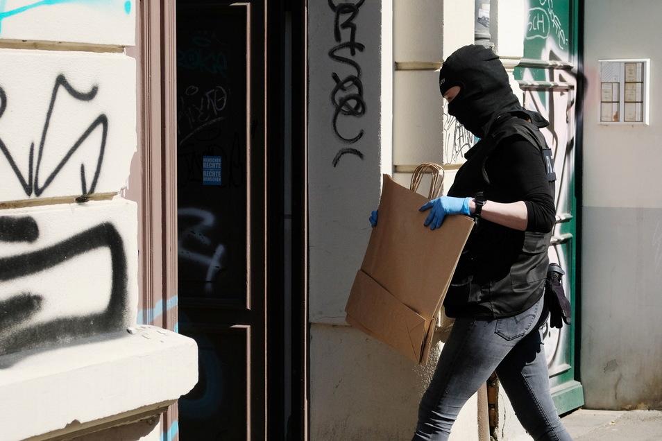 Die Polizei durchsuchte am Mittwochmorgen mehrere Wohnungen in dem linksalternativ geprägten Stadtteil Connewitz.