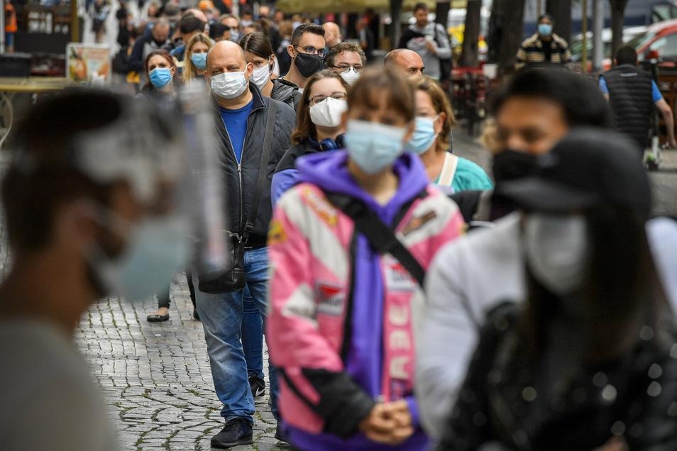 Zuletzt waren die Corona-Zahlen in Tschechien stark gestiegen. Am Dienstag wurde mit 2.394 neu Infizierten landesweit der zweithöchste Wert überhaupt erreicht.
