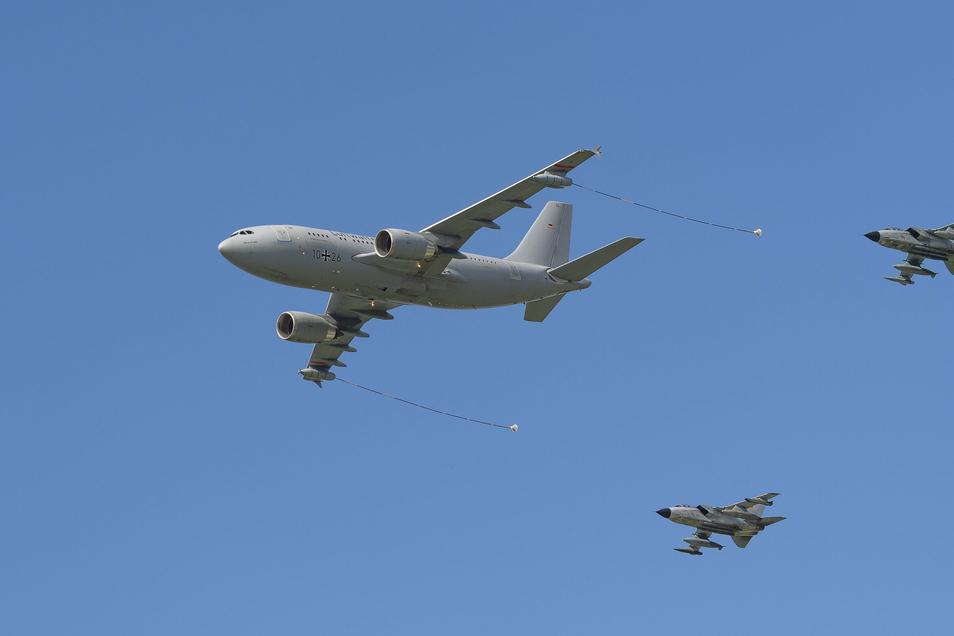 Gut zu erkennen: Die Tankschläuche, die der Airbus als Gruß heraushängen ließ.